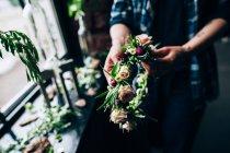 Female florist making wedding bouquet — Stock Photo
