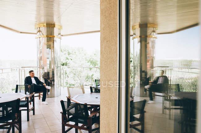 Verlobter sitzen am Tisch im leeren café — Stockfoto