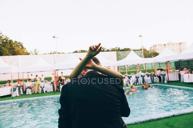 Étreindre mariée lors de la cérémonie de mariage — Photo de stock