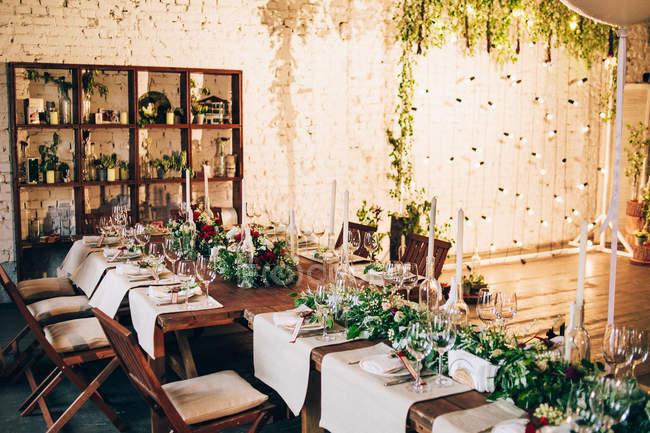 Mise en place de la cérémonie de table de mariage — Photo de stock