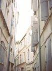 Вузька вулиця зі старовинними будівлями — стокове фото