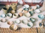 Varietà delle coppe su una tabella — Foto stock