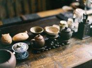 Schnickschnack auf einem Holztisch — Stockfoto