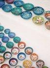 Tienda exhibición de cuencos decorativos - foto de stock