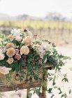 Tisch mit Blumen verziert — Stockfoto