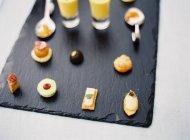 Petits desserts avec cocktails de fruits — Photo de stock