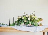 Груши с букетом цветов и свечей — стоковое фото
