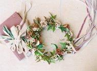 Цветочная корона с лентами и коробкой — стоковое фото
