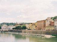 Будівель на набережній у Флоренції — стокове фото