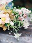 Букет цветов в черной вазе — стоковое фото