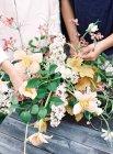 Floristas, definindo o buquê de flores — Fotografia de Stock