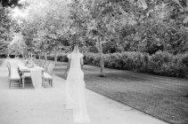 Braut geht zum Hochzeitstisch — Stockfoto