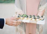 Mulher segurando aperitivos em tábua de madeira — Fotografia de Stock