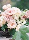 Buquê de flores na mesa ao ar livre — Fotografia de Stock