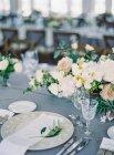 Hochzeitstische mit Blumen — Stockfoto