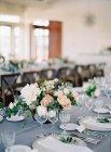 Свадебные столы с цветами — стоковое фото