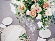 Wine glasses arranged on wedding table — Stock Photo