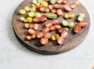 Tomates cortados de diferente color - foto de stock