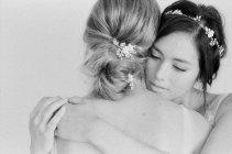 Женщины в платьях, обнимая друг друга — стоковое фото