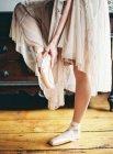 Balletttänzer fixieren Spitzenschuh — Stockfoto