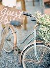Bicicletta con segno bici ospite — Foto stock