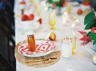 Einstellung-Tisch mit bunten Geschirr — Stockfoto