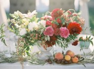 Свадебный стол, украшенный цветами — стоковое фото