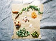 Овощи и специи на кулинарной бумаге — стоковое фото