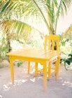 Деревянный стол со стулом — стоковое фото