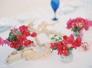 Сервировочный стол с цветами — стоковое фото