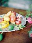 Антикварная тарелка со свежими фруктами — стоковое фото