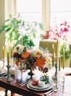 Configuración de mesa decorado con flores - foto de stock