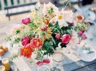Arreglo floral en la mesa de ajuste - foto de stock