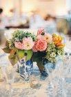 Mesa de ajuste decorada com flores — Fotografia de Stock
