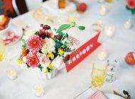 Tableau de réglage de mariage décoré de fleurs — Photo de stock