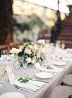 Blumenarrangement auf Einstellung Tisch — Stockfoto