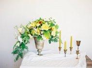 Букет из цветов и свечей — стоковое фото