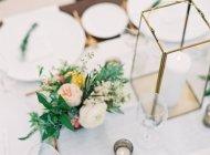 Bouquet und Kerzen auf den Tisch — Stockfoto
