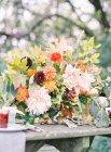 Blumenschmuck mit Gänseblümchen — Stockfoto