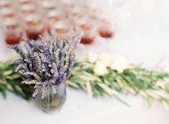 Lavendelblüten auf dem Tisch — Stockfoto