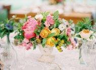 Цветочная композиция на столе — стоковое фото