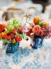 Mesa decorada con flores - foto de stock