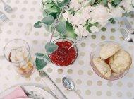 Mermelada y bollos en la mesa festiva conjunto - foto de stock