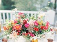 Цветочная композиция на таблице — стоковое фото