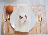Бутылка с карточкой на тарелке — стоковое фото