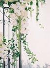 Portões de metal decorados com flores — Fotografia de Stock