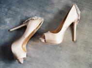 Bridal chaussures à talons hauts avec des pierres précieuses — Photo de stock