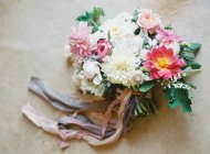 Свадебный букет с хризантемами — стоковое фото