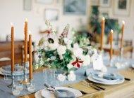 Квіткова композиція на таблиці — стокове фото