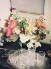 Ретро очки с букетом цветов — стоковое фото